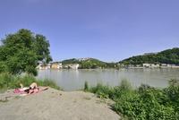ドナウ川河畔で日光浴