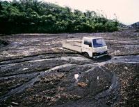 土石流に埋もれた車 25101001598| 写真素材・ストックフォト・画像・イラスト素材|アマナイメージズ
