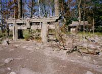 埋れた熊野神社の鳥居 25101007125| 写真素材・ストックフォト・画像・イラスト素材|アマナイメージズ