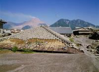 土石流に埋れた家と普賢岳 25101007139| 写真素材・ストックフォト・画像・イラスト素材|アマナイメージズ