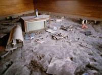土石流に埋もれた家の内部 25101007199| 写真素材・ストックフォト・画像・イラスト素材|アマナイメージズ