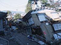 新潟中越地震で倒壊した家屋 25101007633| 写真素材・ストックフォト・画像・イラスト素材|アマナイメージズ