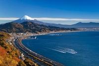 出港する漁船と駿河湾と東名高速と富士山 25130015816| 写真素材・ストックフォト・画像・イラスト素材|アマナイメージズ