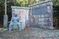 吟道之碑と武人像 25130023725| 写真素材・ストックフォト・画像・イラスト素材|アマナイメージズ