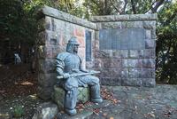 吟道之碑と武人像 25130023728| 写真素材・ストックフォト・画像・イラスト素材|アマナイメージズ