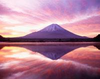 朝焼けの精進湖と富士山 25142003315| 写真素材・ストックフォト・画像・イラスト素材|アマナイメージズ