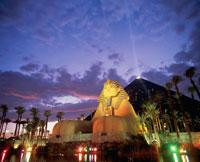 ルクソールホテルとカジノの夜景 25158018730| 写真素材・ストックフォト・画像・イラスト素材|アマナイメージズ