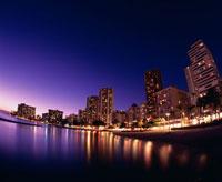 ワイキキビーチとホテルの夜景