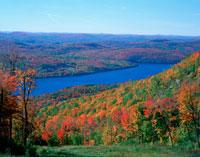 トレムブラン山の紅葉と湖 ローレンシシャン高原 25172004516| 写真素材・ストックフォト・画像・イラスト素材|アマナイメージズ