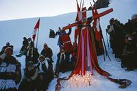 コイユリ・リテ(雪と星)の祭りで氷河上で祈る男たち 25196002363| 写真素材・ストックフォト・画像・イラスト素材|アマナイメージズ