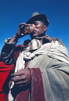 ビールを飲むアイマラ族の男