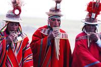 村祭りでサンポーニャを吹く男 25196002411| 写真素材・ストックフォト・画像・イラスト素材|アマナイメージズ