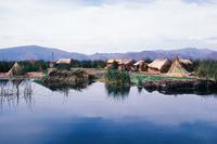 ティティカカ湖のウル族のトトラの浮島と住居