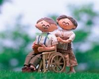 老夫婦が新芽を育てる 車椅子
