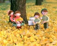 創作人形 家族で秋の公園で写生 25210003185| 写真素材・ストックフォト・画像・イラスト素材|アマナイメージズ