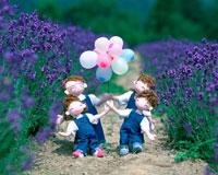 風船を持ってラベンダー畑を歩く家族 創作人形