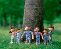 手をつないだ家族の創作人形