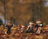 秋の森で三重奏するファミリーの人形 25210003745| 写真素材・ストックフォト・画像・イラスト素材|アマナイメージズ