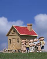 マイホームの前に立つ家族 25210003801| 写真素材・ストックフォト・画像・イラスト素材|アマナイメージズ