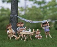 木陰で読書をする家族