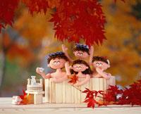 人形家族 露天風呂ともみじ 25210005491| 写真素材・ストックフォト・画像・イラスト素材|アマナイメージズ