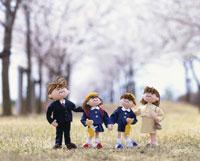 入学式の家族 桜並木 25210005802| 写真素材・ストックフォト・画像・イラスト素材|アマナイメージズ