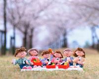 家族・お花見をしよう 25210005814| 写真素材・ストックフォト・画像・イラスト素材|アマナイメージズ