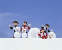 冬の風物詩と家族 25210005818| 写真素材・ストックフォト・画像・イラスト素材|アマナイメージズ