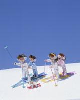 スキーをする家族