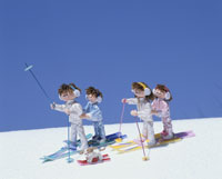スキーをする家族 25210005828| 写真素材・ストックフォト・画像・イラスト素材|アマナイメージズ
