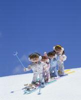 スキーをする家族 25210005830| 写真素材・ストックフォト・画像・イラスト素材|アマナイメージズ