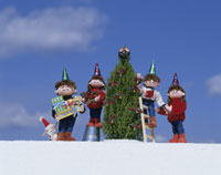 クリスマスツリーに飾りつけをする家族