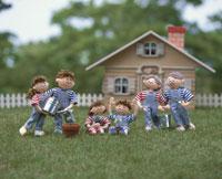緑を育てる家族 25210005936| 写真素材・ストックフォト・画像・イラスト素材|アマナイメージズ
