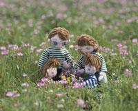 れんげ畑で花摘みをする家族