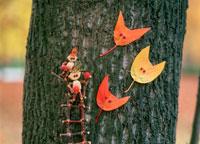 木工人形・落葉遊び 3匹の動物の面 25210008430| 写真素材・ストックフォト・画像・イラスト素材|アマナイメージズ