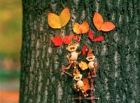 木工人形と落葉で作った花 25210008431| 写真素材・ストックフォト・画像・イラスト素材|アマナイメージズ