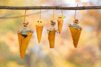 木工人形 落葉で遊ぶ親子 25210008584| 写真素材・ストックフォト・画像・イラスト素材|アマナイメージズ