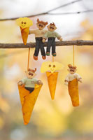 木工人形 落葉で遊ぶ家族 25210008585| 写真素材・ストックフォト・画像・イラスト素材|アマナイメージズ