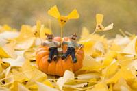木工人形 カボチャに座り銀杏の落葉をもつ家族 25210008587| 写真素材・ストックフォト・画像・イラスト素材|アマナイメージズ