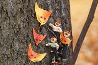 木工人形 落葉で動物の面を作る親子 25210008592| 写真素材・ストックフォト・画像・イラスト素材|アマナイメージズ