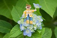 木工人形・アジサイの花に座る子供