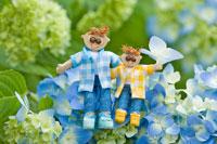 木工人形・アジサイの花に座る親子