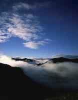 朝の雲海の山並みと空 25222012701  写真素材・ストックフォト・画像・イラスト素材 アマナイメージズ