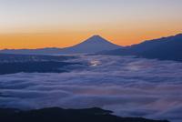 高ボッチ高原から望む朝の富士山 25222015188  写真素材・ストックフォト・画像・イラスト素材 アマナイメージズ