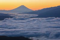 高ボッチ高原から望む朝の富士山 25222015189  写真素材・ストックフォト・画像・イラスト素材 アマナイメージズ