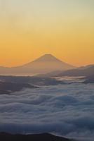 高ボッチ高原から望む朝の富士山 25222015190  写真素材・ストックフォト・画像・イラスト素材 アマナイメージズ