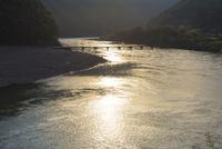 四万十川の岩間沈下橋の夕陽 25222015199  写真素材・ストックフォト・画像・イラスト素材 アマナイメージズ