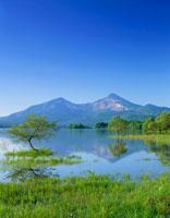 新緑の桧原湖と磐梯山 磐梯高原