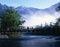 朝霧の河童橋と穂高連峰