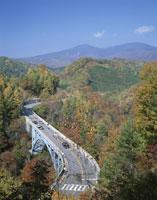 秋の中津川渓谷の橋と西吾妻山